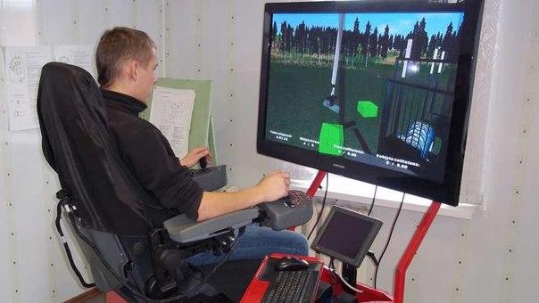 Мужчина работает с симулятором погрузки леса